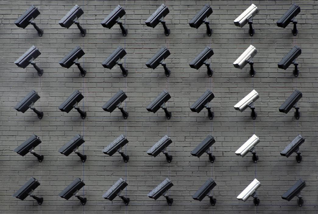 Românii, fanii sistemelor de supraveghere și alarmă