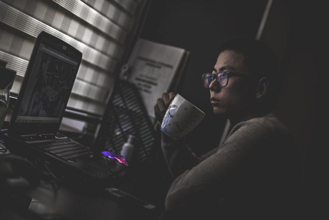 Cum spargi o bancă cu un laptop, USB și un computer în miniatură