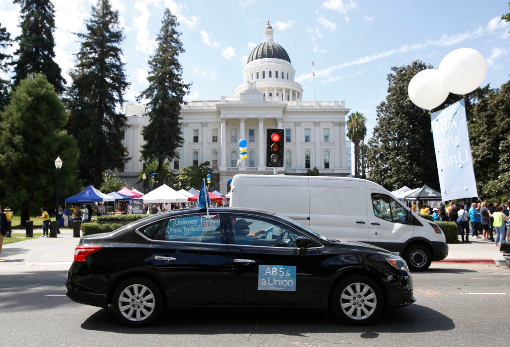 Uber va trebui să-și trateze șoferii parteneri ca angajați – lege