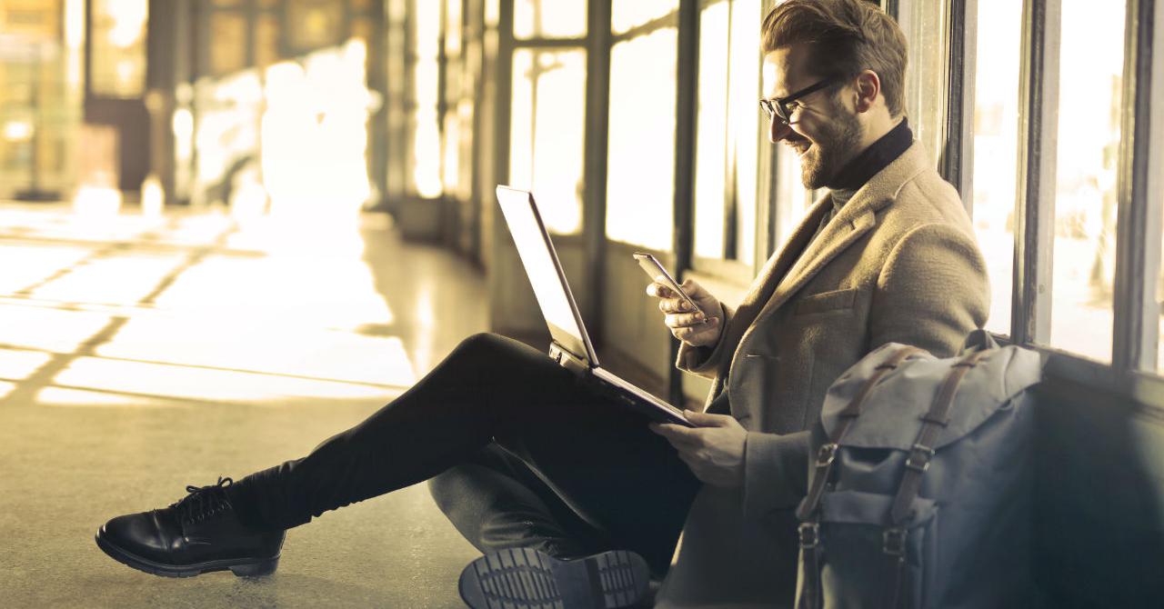 Gadgeturi și accesorii pe care să le iei în călătoriile de business