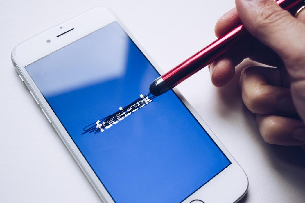 Patru din zece utilizatori ar renunța la Facebook și Insta