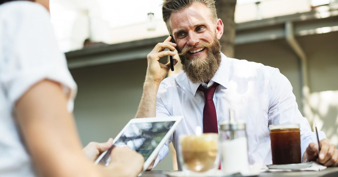Cât internet mobil consumă românii și cât vorbesc la telefon