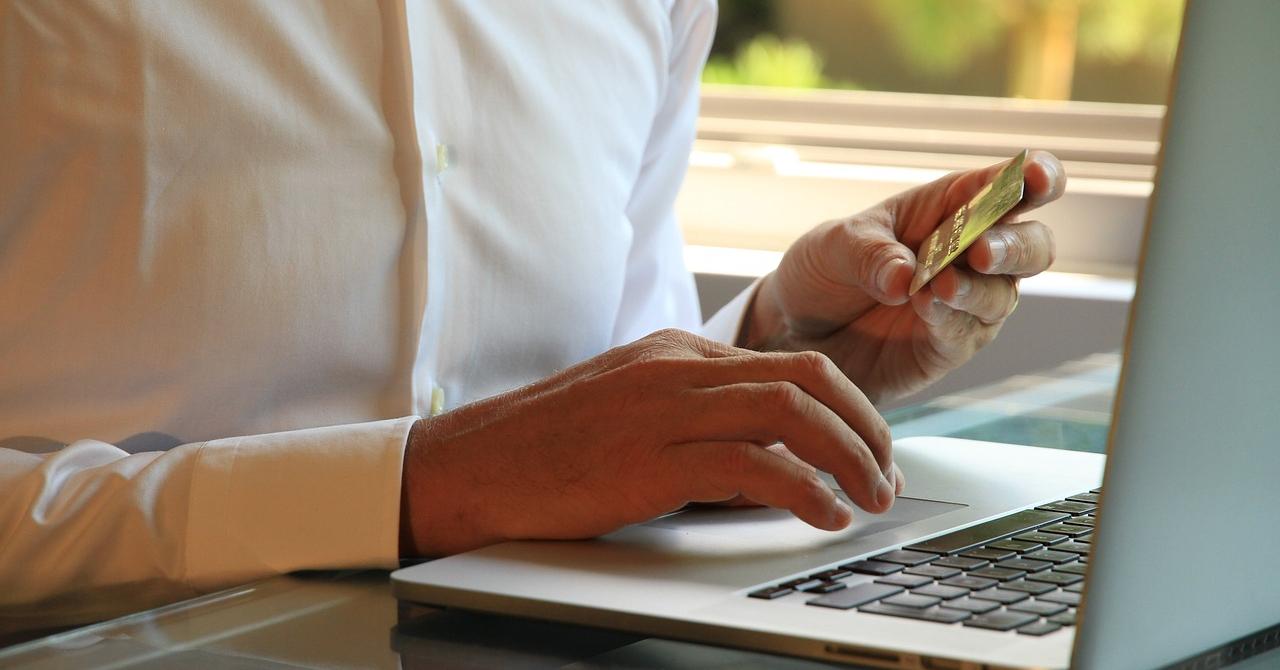 Românii merg pe încredere atunci când cumpără de la magazinele online
