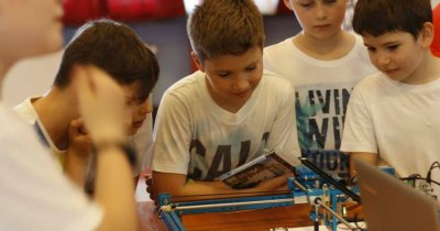 Academia inventează.ro oferă zece burse pentru elevii care doresc să învețe robotică și programare