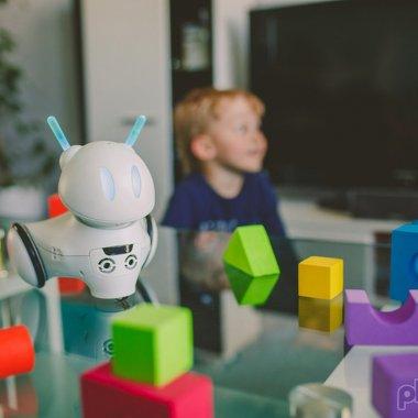 Cel mai bun startup european: robotul care învață copiii să codeze
