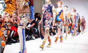 Cum cumpără românii haine online? Cumperi azi, porți diseară