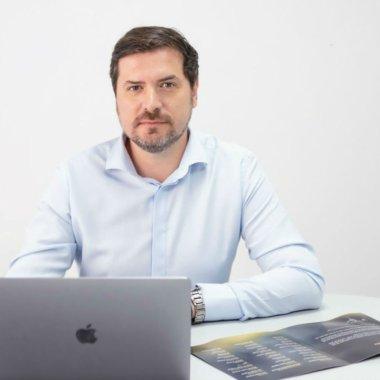 CEO-ul care încă programează măcar o oră pe zi, deși are 30 angajați