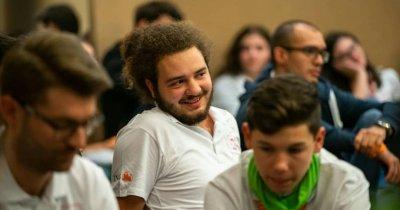 La 22 de ani dă elevilor din Galați și Pitești ce școala nu poate