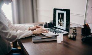 3 din 10 angajați români lucrează de acasă: probleme de comunicare cu colegii