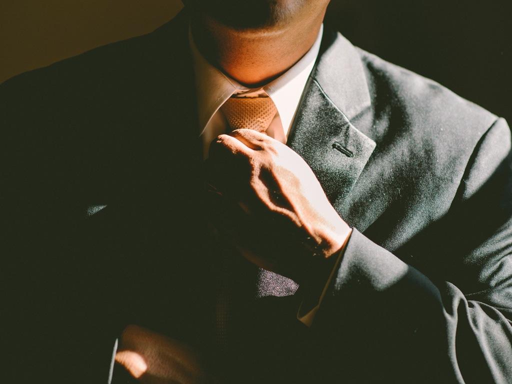 sef antreprenor costum cravata
