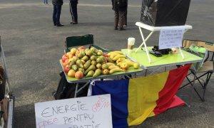 Antreprenorul care aduce 300 de kilograme de fructe pentru protestatarii din Piața Victoriei în fiecare zi